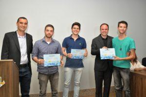 Alunos do grupo Novos Urbanistas, Julio Alves Moreira, Filipe Godoy Santana e Rafael de Sá Souza, com o secretário Wladimir e o professor Márcio
