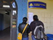 Pessoas conferem lista de sorteados que já está afixada na entrada do Bloco A, na Prefeitura - A. Frota