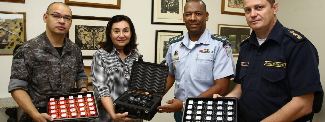 Guarda Municipal entrega dez armas de choque à Polícia Militar