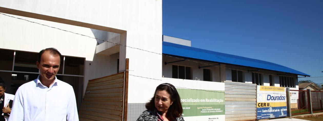 Délia vistoria Centro de Reabilitação e anuncia entrega de obra ainda em 2017
