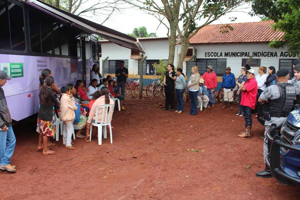 Ônibus Lilás presta atendimento às mulheres na Aldeia Bororó