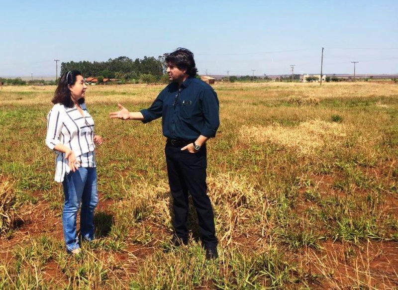Prefeita Délia e diretor de Habitação, Sérgio Henrique, vistoriaram área onde será instituído projeto de habitação