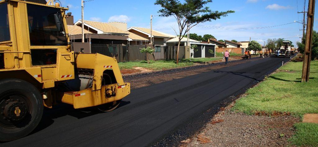 Délia visita asfalto comunitário que tem 60% de verba da Prefeitura