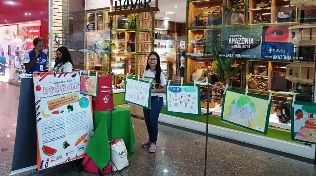 Dezoito desenhos, de crianças e adolescentes dos Cras, estão expostos no shopping Avenida