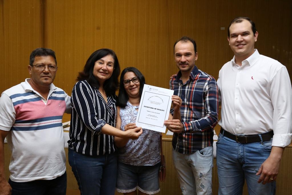 Délia entrega escrituras a moradores de loteamentos sociais