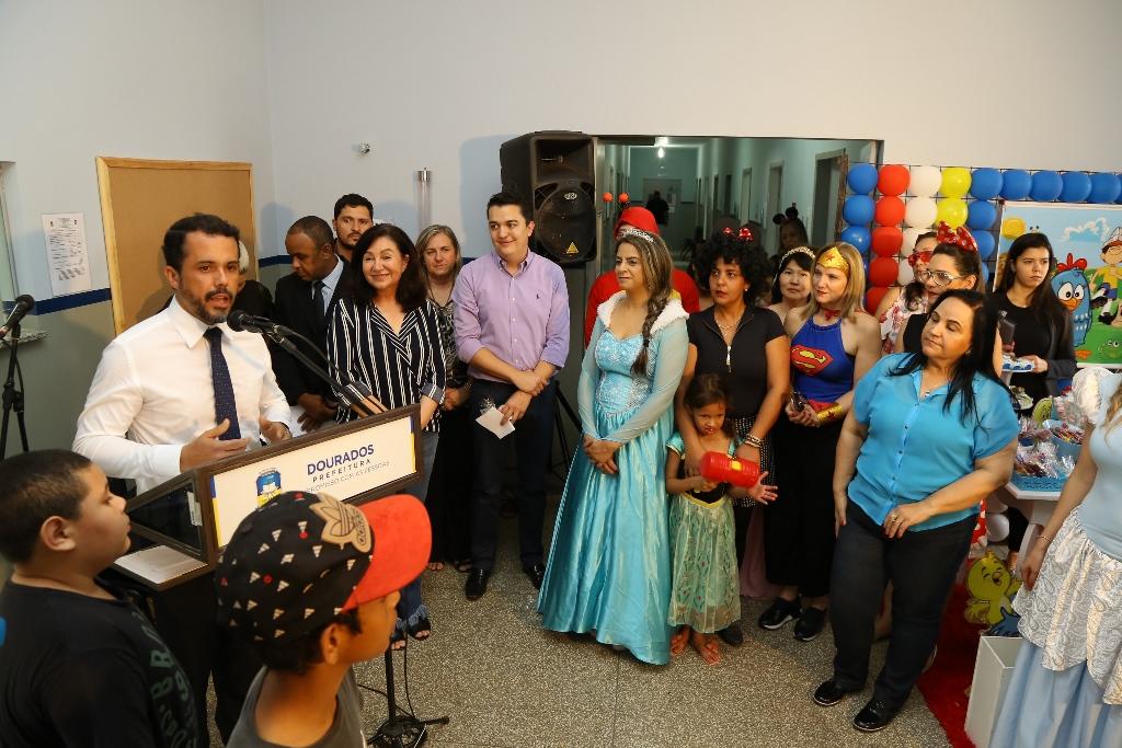 Crianças recebem festa na PAI e prefeita Délia celebra mobília nova para a policlínica