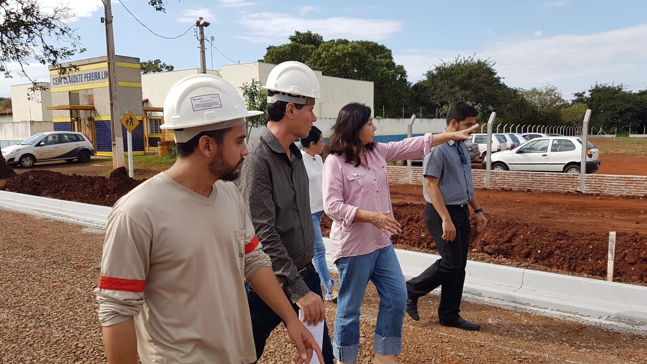 Prefeita Délia Razuk voltou ao Residencial Guassu nesta sexta-feira para acompanhar andamento das obras do Centro Social