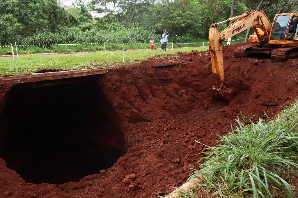 Desmoronamento subterrâneo da tubulação causou interdição da avenida Presidente Vargas