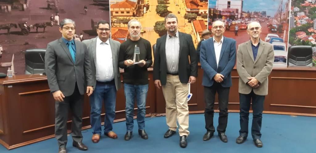 Professores Enio Ribeiro e Zefa Valdivina receberam o Troféu Marco Verde este ano