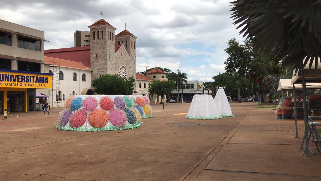 Divulgação/Semc Decoração natalina já está sendo instalada no calçadão e na Praça Antônio João